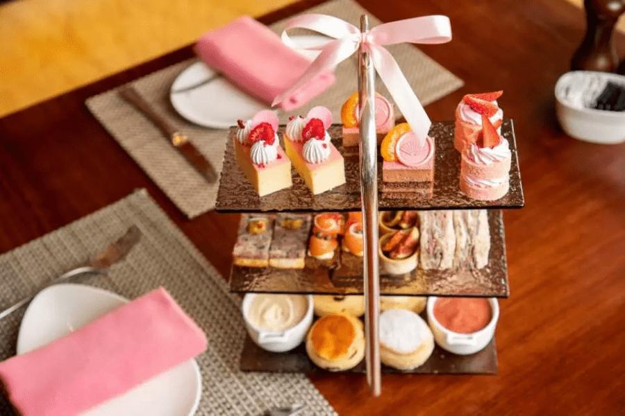 食物精緻豐富,如 1963 文華芝士餅、文華東方朱古力蛋糕、無花果風乾蕃茄撻、豬小腿肉凍等。