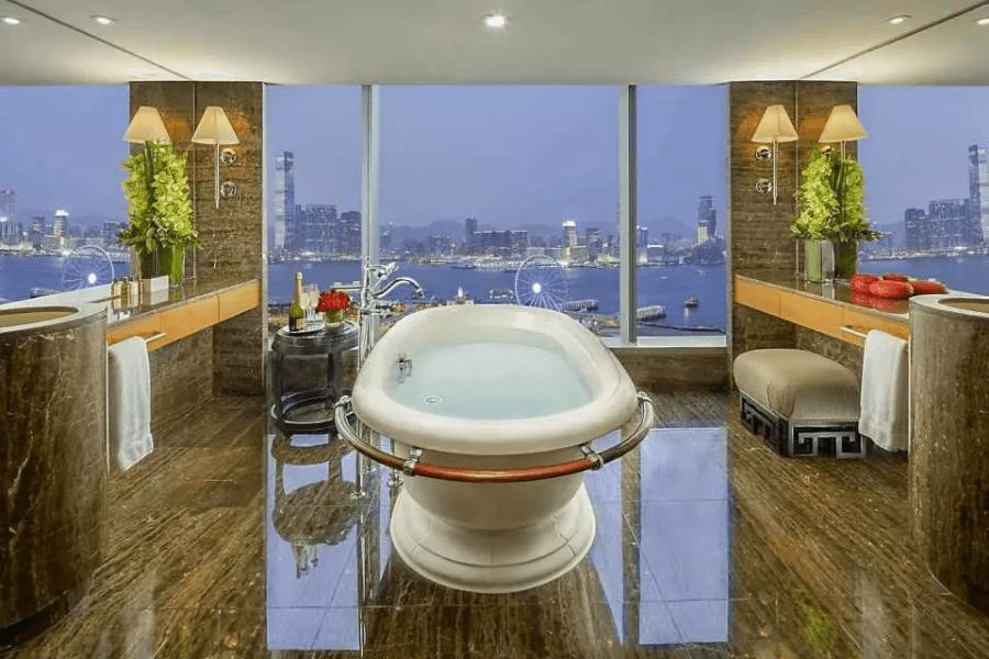 香港文華東方酒店 - 最標誌性的浴室,可飽覽維港景色。